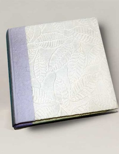 Album foto artigianale rivestito con carta gelso a rilevo bianca e costa gelso lilla