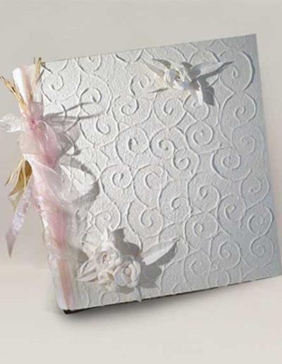 Album foto artigianale rivestito con carta rilievo gelso bianca e rose bianche di carta