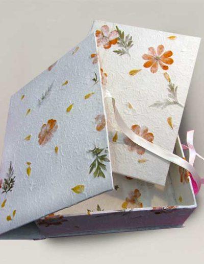 Album foto artigianale rivestito con carta gelso e inserti floreali e scatola abbinata
