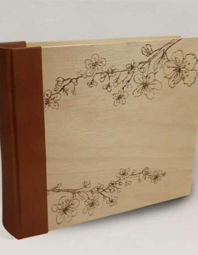 Album foto artigianale rivestito con copertina legno incisa