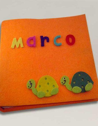 Album foto artigianale rivestito con feltro arancione, due tartarughine in feltro e nome Marco