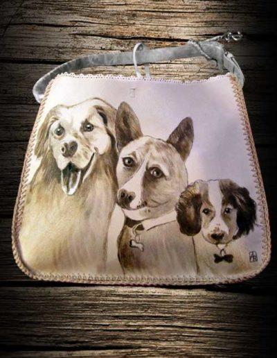 Borsa in cuoio con tre cani incisi con il pirografo