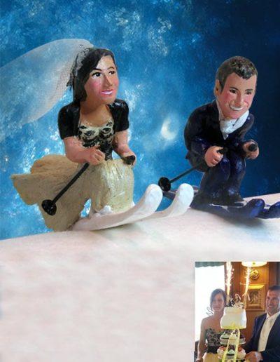 Cake topper sposi di terracotta raffiguranti due sposi sugli sci. Fatto a mano