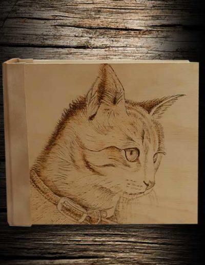 Testa di gatto inciso a pirografo su legno di olivo