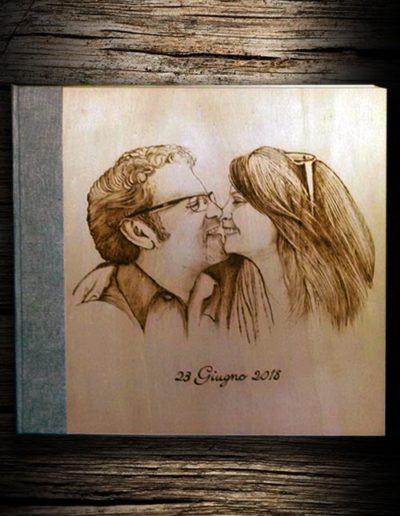 Incisione a pirografo su legno di pioppo di coppia di fidanzati