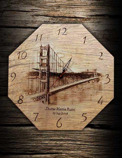 Incisione a pirografo di orologio di forma ottagonale