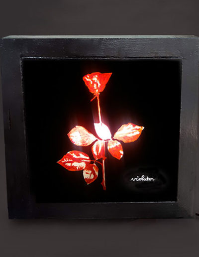 Lampade in legno dipinta a mano dei Depeche Mode
