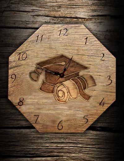 Orologio ottagonale inciso a pirografo per un laureato su legno di pioppo
