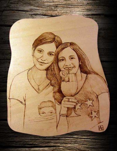 Ragazze che sorridono incise a pirografo su legno di pioppo