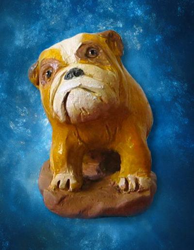 Piccola statuina di terracotta di cane bulldog. Fatto a mano