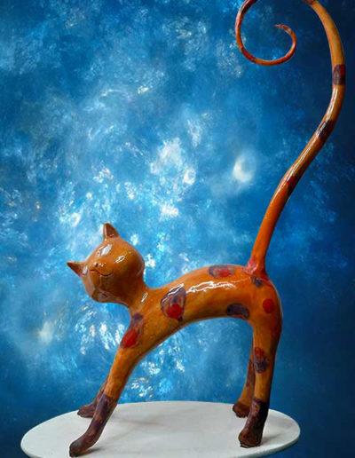 Statuina di ceramica di colore rosso con una lunga coda porta anelli. Fatto a mano