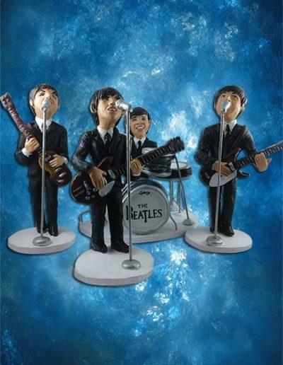 Statuine di terracotta raffiguranti i Beatles mentre cantano in gruppo con batteria e microfoni. Fatto a mano in stile statuine di Napoli