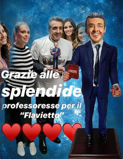 Foto dell'attore e presentatore Flavio Insinna mentre tiene in mano la sua statuina di terracotta. Fatto a mano in stile statuine di Napoli