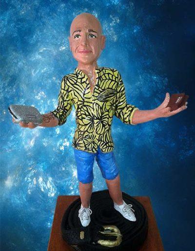 Statuina di terracotta di un uomo con portafogli in mano vestito con camicia pantaloni. Fatto a mano