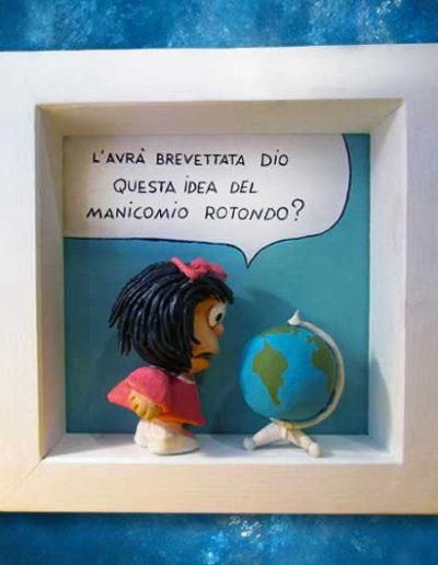 Statuina con quadretto del fumetto Mafalda che parla con mappamondo