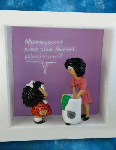 Statuina con quadretto del fumetto Mafalda e sua mamma che lava i panni
