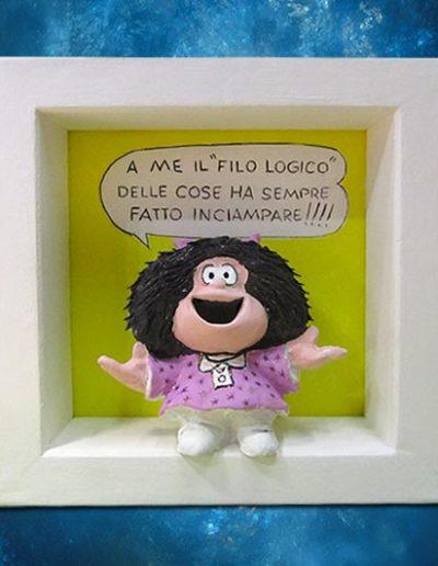Statuina di terracotta del fumetto Mafalda all'interno di una cornice di legno massello bianca con scritta: