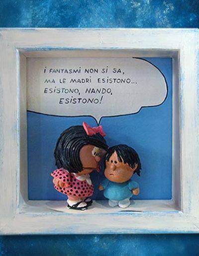 Statuina di terracotta del fumetto Mafalda all'interno di una cornice di legno massello bianca, con scritta: