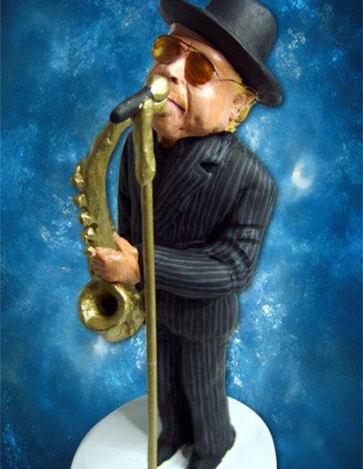 Statuina di terracotta del jazzista Van Morrison mentre suona il suo sassofono , con abito gessato scuro e il microfono ad asta dorato.Fatto a mano in stile statuine di Napoli