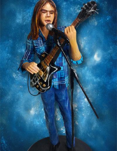 Statuina di terracotta di Neil Young da giovane con la chitarra in mano. Fatto a mano in stile statuine di Napoli