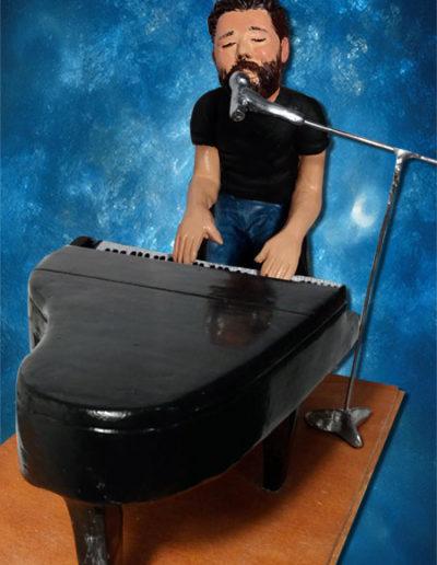 Statuina di terracotta del cantante Paolo Vallesi mentre canta al pianoforte.Fatto a mano in stile statuine di Napoli