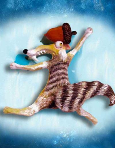 Statuina di terracotta del lo scoiattolo Scrat del film di animazione L'era glaciale, mentre si schianta sul ghiaccio. Fatto a mano