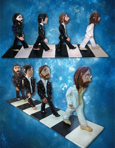 4 statuine di ceramica raffiguranti i Beatles su Abbey Road, la base è di legno dipinta. Fatto a mano in stile statuine di Napoli