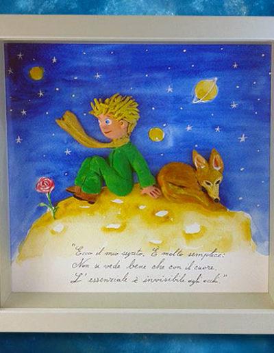 Cornice quadrata con bassorilievo a colori del Piccolo Principe con la volpe e la sua rosa e frase del libro sul fondo dipinto a mano con acquerello. Fatto a mano
