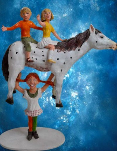Statuine di Terracotta di Pippi calzelunghe mentre sostiene il suo cavallo Zietto, sul quale ci sono i suoi amici Tommy e Annika. Fatto a mano