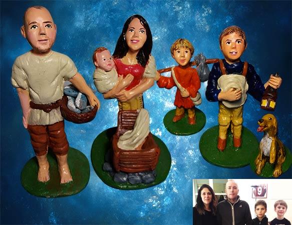 Quattro statuine di terracotta raffiguranti moglie marito ,un bimbo e un cane ,in abiti da pastori del presepe. Fatto a mano.