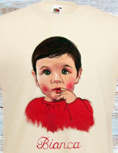 T-shirt bianca dipinta a mano con bambina con dito in bocca di nome Bianca