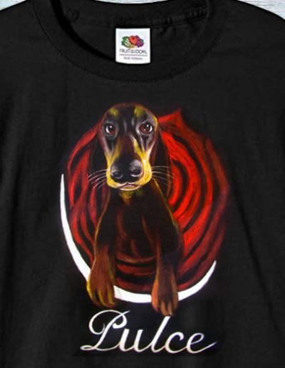 T-shirt fatta a mano con cane bassotto di nome Pulce
