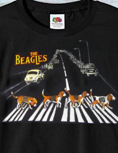 T-shirt dipinta a mano con cani beagles che attraversano le strisce