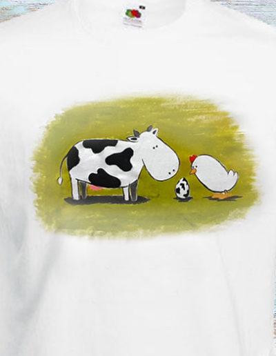 T-shirt dipinta a mano con mucca uovo e pulcino