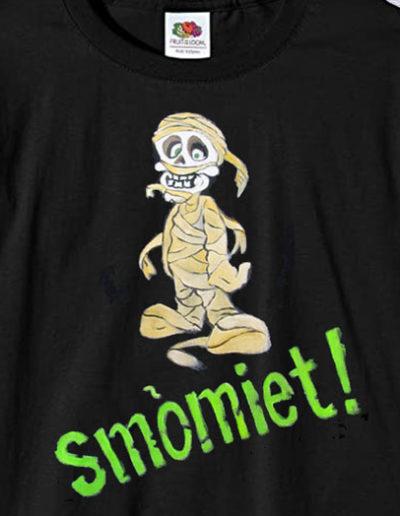 T-shirt dipinta a mano con mummia con scritto smomiet
