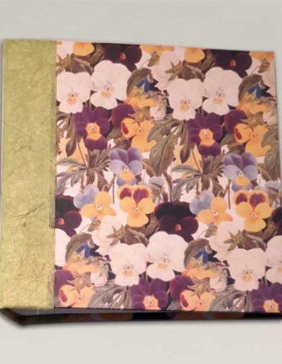 Album foto artigianale rivestito con carta stampata fiorita e costa carta banana verde