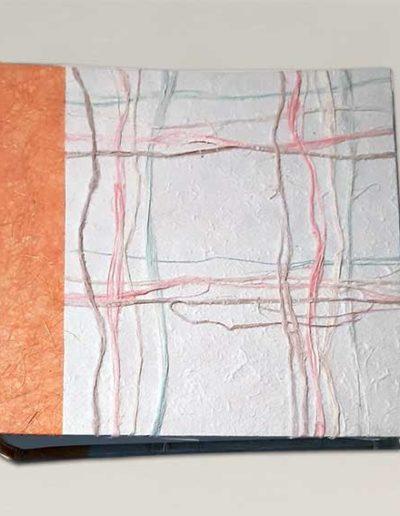 Album foto artigianale rivestito con carta gelso mista rafia colorata, costa carta banana arancione