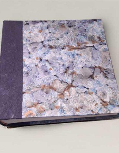 Album foto artigianale rivestito con carta stampata fiorita e costa di carta gelso viola