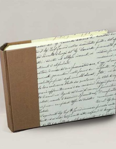 Album foto artigianale rivestito con carta Tassotti con fantasia scritta vintage e costa gelso marrone
