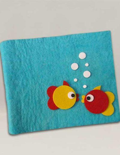 Album foto artigianale rivestito con lana cotta e due pesciolini di feltro gialli e rossi