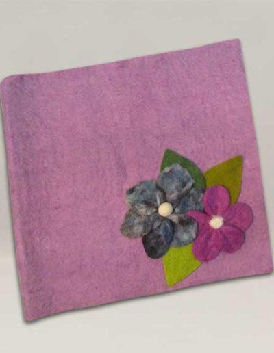 Album foto artigianale rivestito con lana cotta color viola e due fiori di lana cotta