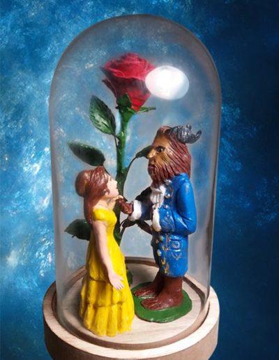 Cake topper sposi di terracotta raffiguranti La Bella e la Bestia dentro la campana di vetro con la rosa incantata. Fatto a mano