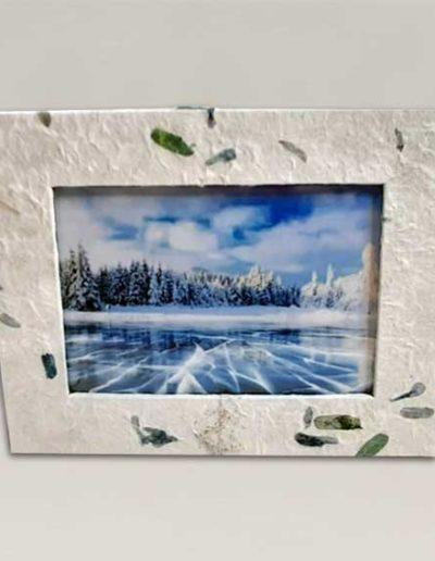 portafoto artigianale rivestito in carta con inserti floreali