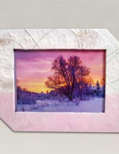 Portafoto artigianale rivestito con carta gelso rosa e carta gelso con inserti floreali