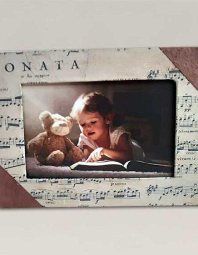 Portafoto artigianale rivestito con carta Tassotti fantasia scritta invecchiata