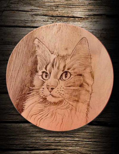 Incisione su legno tondo di ciliegio a pirografo di gatto