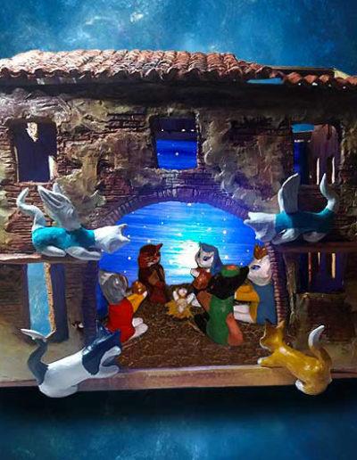 Gruppo di 10 statuine di gatto a guisa di presepe, la natività, i re magi, 2 angeli e due gattini all'interno di una casetta interamente realizzata a mano in terracotta con sfondo luminoso