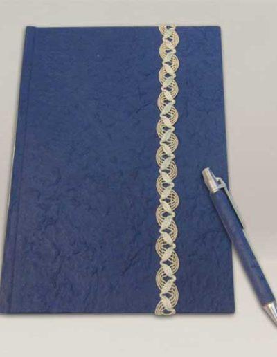 Quaderno rivestito con carta gelso blu e penna abbinata. Handmade