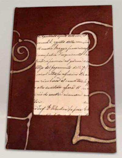 Quaderno rivestito con carta batik marrone a cuore. Handmade