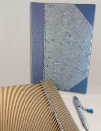 Quaderno rivestito con carta gelso azzurra e custodia abbinata e penna. Handmade